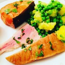 Fischteller und Gurken-Salicornes-Salat