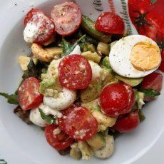 Grüner Spargel trifft auf Avocado an Tomate